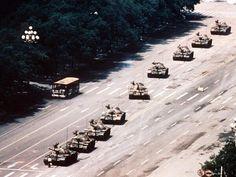 Un cuarto de siglo ha pasado desde que se tomó esta foto, icono de las protestas en Tiananmen http://on-msn.com/1rNgGLE pic.twitter.com/twMdoGBwWN