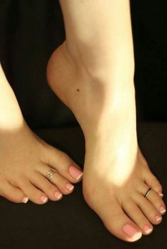 A collection of the best female feet pictures I found. just gorgeous feet. Nice Toes, Pretty Toes, Foot Pics, Foot Pictures, Pies Sexy, Long Toenails, Toe Designs, Painted Toes, Barefoot Girls