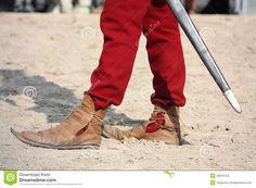 slut-upp-av-mannen-i-medeltida-skor-36316753.jpg (1300×957)