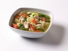 Kylling- og nudelsuppe med grønnsaker ~~ for when you have a cold or just as comfort food Slow Cooker Soup, Thai Red Curry, Healthy, Ethnic Recipes, Food, Pasta Soup, Meal, Essen, Hoods