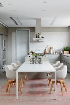 beautiful white dining table and modern chairs-image via Fran Parente Dining Area, Kitchen Dining, Kitchen Decor, Dining Chairs, Dining Room, Grey Kitchens, Home Kitchens, Journal Du Design, White Dining Table