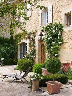 47 Beautiful French Courtyard Garden Design - Go DIY Home Country Landscaping, Garden Landscaping, Amazing Gardens, Beautiful Gardens, French Courtyard, Italian Courtyard, French Patio, Boxwood Garden, Italian Garden