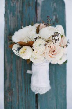 Traumhafter Brautstrauß für die Winterhochzeit mit Rosen und Ranunkeln in Rosa und Weiß