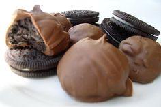 Oreo Bon Bons are always a chocolate-y treat for the holiday season! Delicious Desserts, Dessert Recipes, Yummy Food, Yummy Recipes, Recipies, Oreo Bon Bon Recipe, Food Porn, Holiday Recipes, Holiday Foods