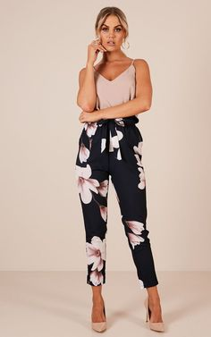 Arbeitshosen In Navy Floral - Casual Outfits Trajes Business Casual, Summer Business Casual Outfits, Casual Work Attire, Summer Work Outfits, Business Outfits, Spring Outfits, Business Attire, Office Attire, Office Wear