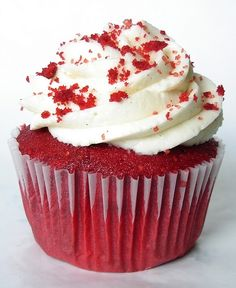 eventhough there's so many fancy cupcakes.I'd still rather just have the red velvet cake, with cream cheese buttercream, and some gold and red sprinkes on :( Red Velvet Cupcakes, Red Velvet Cake, Black Velvet, Cupcake Recipes, Cupcake Cakes, Dessert Recipes, Cup Cakes, Köstliche Desserts, Gastronomia