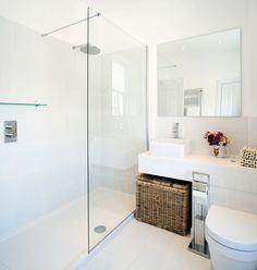 Petite salle de bains moderne avec grand miroir et paroi de douche transparente. 34 Idées De Petites Salles de Bains : http://www.homelisty.com/petite-salle-de-bain-34-photos-idees-inspirations/