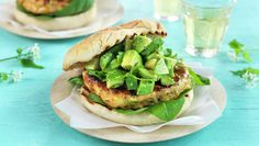 Grillet lakseburger Frisk, Eating Well, Salmon Burgers, Avocado Toast, A Food, Hamburger, Favorite Recipes, Breakfast, Healthy
