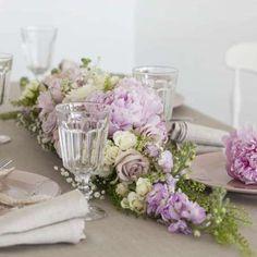 Roser og peoner i rosa på konfirmasjonsbordet