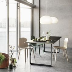 The Muuto Table from Finnish label Muuto was designed by Staffan Holm and is firmly in the tradition of modern Scandinavian design.As with all Muuto produ