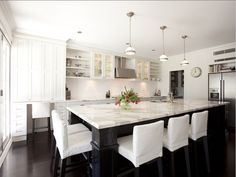 i am really wanting white countertops now... {go to the blog entry, so many more white looks... i had a hard time choosing which one to pin!}