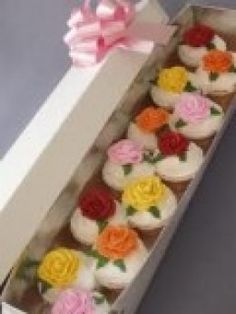 Mother& Day: Homemade Creations - send & a box of cupcakes.Hey, this site has lots of great ideas! Mothers Day: Homemade Creations - send em a box of cupcakes.Hey, this site has lots of great ideas! Beautiful Cupcakes, Love Cupcakes, Wedding Cupcakes, Floral Cupcakes, Mothers Day Cupcakes, Mothers Day Cake, Cupcake Tree, Cupcake Cookies, Cupcake Gift