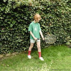 Play Tennis Day月23日はPlay Tennis...   Play Tennis Day  月23日はPlay Tennis Day テニスをしようという日ですね  イギリス撮影でお世話になったお家の 庭で撮らせてもらった一枚です  モデルの女の子はご近所のお嬢さん グリーンのシャツは 彼女が通っている学校の体操服なんです かわいいですよね このラケットも彼女の私物です 自分のラケットがあるというので 持ってきてもらいました  さらによーく見ると 赤い靴下がテニスラケット柄なんです 岡尾さんがPlay Tennis Dayのために探して もってきてくださいました 大段まちこ