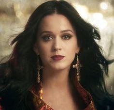 A maquiagem e o batom de Katy Perry no clipe Unconditionally