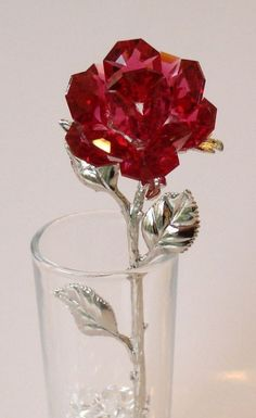 Splash of Red - Red Crystal Rose made using Swarovski Crystal in glass vase Cristal Art, Cristal Rose, Swarovski Crystal Figurines, Swarovski Crystals, Vase Design, Rose Stem, Glass Figurines, Rose Buds, Crystal Jewelry