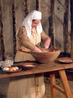 Food facts and recipes from many English eras. The cooking classes are in historical settings and period clothing, such a cool site ...
