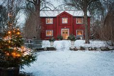 Here begins the Christmas season at the first advent. Then put the decorations up in the Red cottage on Selaön in Lake Mälaren. Swedish Cottage, Red Cottage, Swedish House, Cozy Cottage, Swedish Christmas, Scandinavian Christmas, Country Christmas, Christmas Home, Winter Christmas