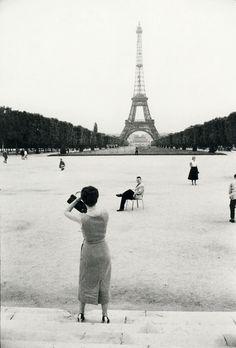 Tour Eiffel - Paris - 1950 © Willy RONIS