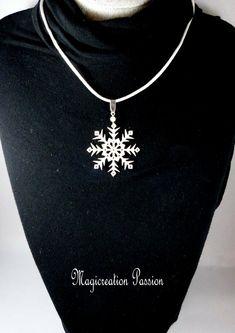 collier pendentif flocon de neige  blanc pailleté argenté 4 cm sur cordon satin blanc Silver, Jewelry, Snowflake Jewelry, White Satin, Pendant Necklace, Cords, Love, Jewlery, Money