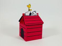Caixa de leite Casinha do Snoopy com aplique do personagem. É uma ótima opção de lembrancinha para festinha no tema do Snoopy.