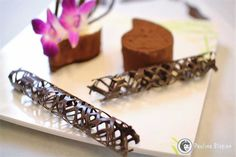 Deser udekorowany rurkami z czekolady