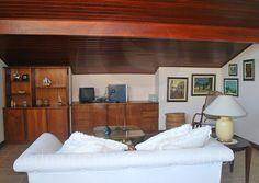 Na sala de leitura, com pé direito baixo e oblíquo, os moradores podem desfrutar de momentos de tranquilidade em família.