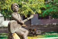 Stop in Sevierville and get a treat at Courthouse Donuts, then cross the street to see Dolly on the Sevier County Courthouse lawn. Vacation Planner, Vacation Trips, Sevierville Tennessee, Girlfriends Getaway, Tennessee Vacation, Tourism Website, Mountain Vacations, Dolly Parton, Travel Information