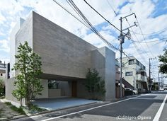 Photos: Akira Sakamoto Architect & Associates CASA This house is located in a quiet residential neighborhood in Tokyo. Minimal Architecture, Japanese Architecture, Gothic Architecture, Residential Architecture, Modern Contemporary Homes, Acropolis, Japanese House, Facade House, Natural