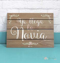 """Cartel de madera. """"Ya llega la novia"""". Wood advert """"here comes the bride"""""""