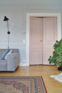 Dusty pink double doors in our livingroom. I just love this colour. Vintage Country, Double Doors, Cottage Chic, Dusty Pink, Vintage Furniture, Interior Inspiration, Colours, Living Room, House