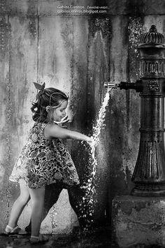 La felicidad  plena no existe, eso dicen por ahí... La felicidad se compone de momentos, instantes, que disfrutamos, en ocasiones sin reparar en ellos. Por tanto, siéntete feliz y deja ser feliz a los demás. Alégrate por las cosas cotidianas, como simplemente en amanecer cada día,  y si puedes hazlo desde la mentalidad de un niño,  ellos si que saben disfrutar de las pequeñas cosas de la vida.  Espero os guste. Saludos.  The full happiness does not exist, that they say ... Happiness is made…