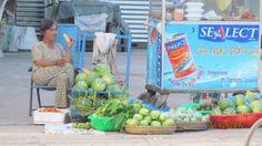 bà bán trái cây trước cửa bến xe Cần Thơ