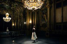 Dorothée Gilbert répétant L'histoire de Manon de Kenneth MacMillan, dans le Foyer de la danse de l'Opéra Garnier. Photo by James Bort