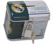 Hucha baúl con candado del Real Madrid...: http://www.pequenosgigantes.es/pequenosgigantes/2523625/hucha-baul-con-candado-real-madrid.html