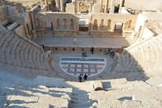 Teatro sur de Jerash (Jordania) by delacallebores, via Flickr  Este es uno de los dos teatros que se conservan en la ciudad. es más pewqueño que el situado en el norte. Se pueden distinguir claramente todos los elementos característicos de un teatro romano pues está extraordinariamente conservado.