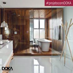 O aconchego das casas brasileiras foram o partido deste apartamento decorado assinado por Leo Romano. A sala de banho traz um conceito de Spa e conta com a presença da Victoria+Albert Monaco.
