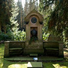 Wo ist der größte Parkfriedhof der Welt? in Hamburg Der Friedhof Ohlsdorf  im Hamburger Stadtteil Ohlsdorf wurde am 1. Juli 1877 eingeweiht und ist mit 389 Hektar der größte Parkfriedhof der Welt. Über das gesamte Areal verteilen sich 202.000 Grabstätten. Auf dem Ohlsdorfer Friedhof haben seit seiner Gründung über 1,4 Millionen Beisetzungen stattgefunden, jährlich kommen 4.500 Beisetzungen dazu