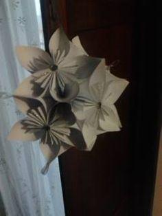 semisfera realizzata con 6 fiori modulari assemblati tra loro  ( i petali di ogni fiore sono realizzati con quadrati di carta avente il lato di 21 cm. )  da utilizzare come centrotavola o da appendere