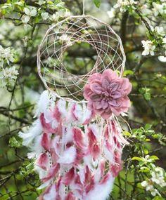 attrape reve extrêmement joli, réseau de fils, fleur décorative, rise, plumes blanches et rose