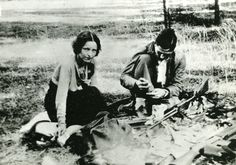 Possibly the most famous and most romanticized criminals in American history, Bonnie Parker and Clyde Barrow were two young Texans whose ear. Bonnie Parker, Bonnie Clyde, Bonnie And Clyde Photos, Bonnie And Clyde Death, Ted Bundy, Kevin Costner, Detroit Michigan, Gangsters, Famous Outlaws