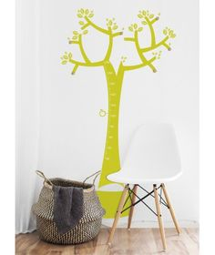 Decor kids wall with a tree measure hanger in green that keeps everything in order, and more important, with the four apples you can mark how high they grow and how big they are. Every tree is unique, you make your own branch composition, with 6 hangers, Choose one or two colors.