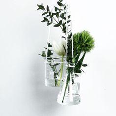 DIY hanging vases made of laboratory glass 🌿🌱⚗️ Auf dem Blog seht ihr heute, was ich aus Erlenmeyerkolben & Co. gemacht habe, die ich euch letztens gezeigt habe: ein hängendes Vasen Ensemble. Das Tutorial ist für den Froschblog entstanden, den Link zum Artikel findet ihr in meinem Profil :) ___________________________________ #schereleimpapier #flowers #diy #doityourself #greenstyle #floral #frühlingsliebe #wemakecollective #home #calledtobecreative #instacraft #diyblog #diyblogger…