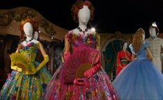 """Está acontecendo em Londres a """"Disney's Cinderella Exhibition Presented By Swarovski"""",  onde estão expostos mais de 100 adereços e 30 roupas usadas na adaptação do conto de fadas."""