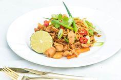 Asiatisk wok med kylling, nudler og søt soyasaus - Eileen Stulen Ketchup, Wok, Chili, About Me Blog, Meat, Chicken, Ethnic Recipes, Cilantro, Red Peppers