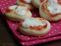 Le pizzette da buffet sono soffici e saporite, ottime per feste o per la merenda dei vostri bambini, preparate con pasta lievitata, pomodoro e mozzarella.