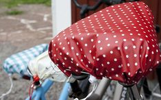 bike saddle rain cover: not in English but GREAT step by step pictures Saddle Handbags, Saddle Bags, Sewing Tutorials, Sewing Projects, Bike Seat Cover, Bike Bag, Bicycle Accessories, Bike Design, Textiles