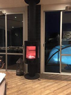 Härlig bild på Contura 586 Style som här är placerad i ett uterum. Ett enkelt sätt att förlänga sin uterumssäsong. Installerad av Eldabutiken i Norrköping.