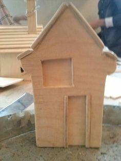 Foto 4 ik heb ook het huisje helemaal afgemaakt. Ik moet er nog even over nadenken of ik hem ergens op zet maar ik denk dat ik het allemaal op een houten plaat zet. Maar ik vind het huis wel gelukt.