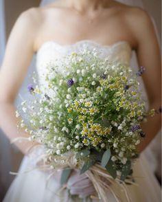 ナチュラルかわいい*ウエディングドレスに合わせたい、おしゃれなクラッチブーケまとめ♡ | marry[マリー] Wedding Flower Inspiration, Wedding Flowers, Yellow Bouquets, Hand Bouquet, Bride Bouquets, Love Flowers, Flower Decorations, Wedding Bells, Wedding Designs