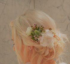 Chignon fleuri assorti au bouquet de la mariée .